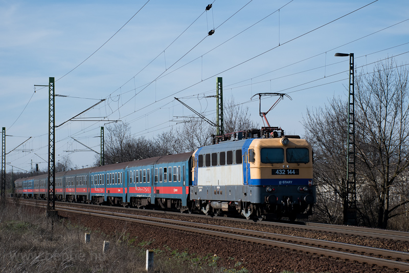 The MÁV-START 432 144 seen  photo