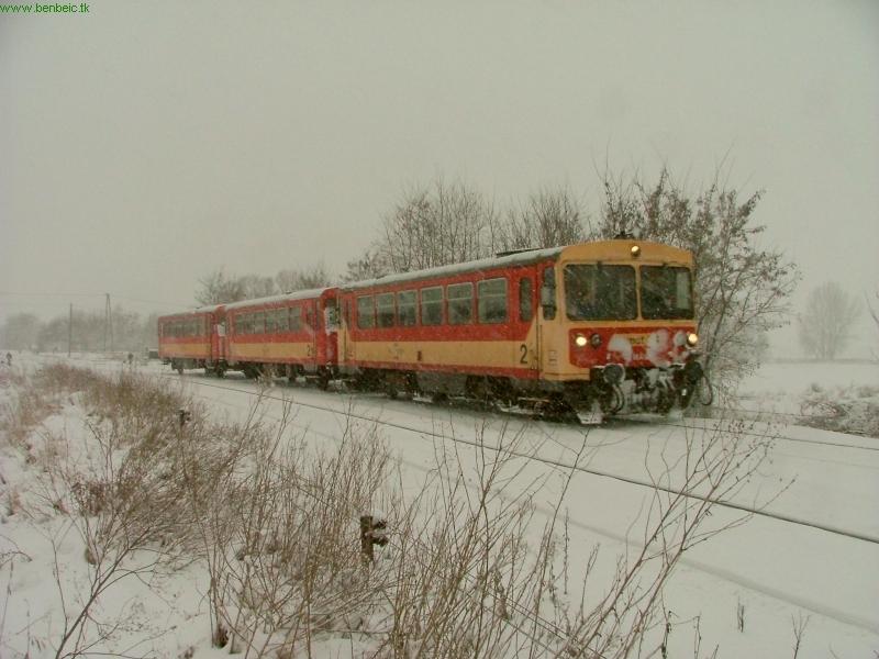 The Bzmot 341 near Drégelypalánk station photo
