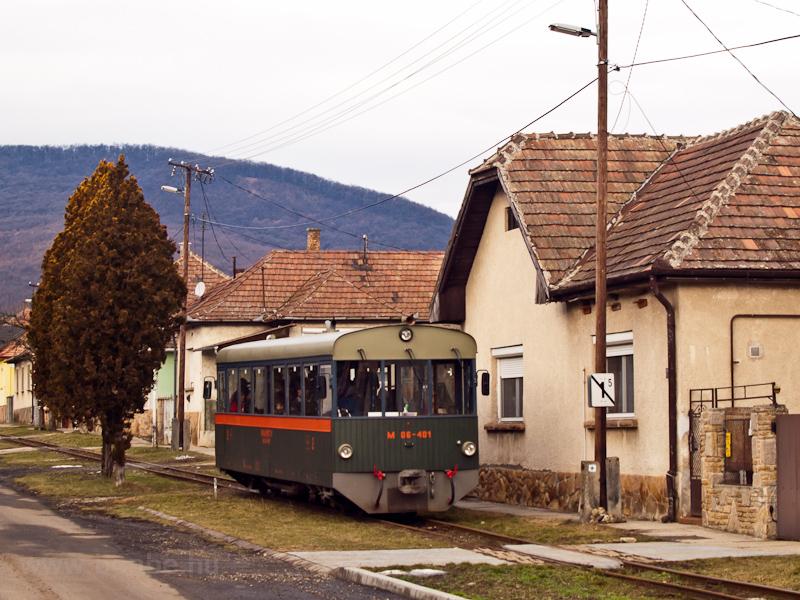 """A Királyréti Erdei Vasút M06-401 pályaszámú """"Tóbi"""" motorkocsija Szokolyán fotó"""