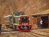 A Királyréti Erdei Vasút Mk48 2017-ese és Tóbi motorkocsi tolatnak Paphegyen