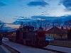 A Királyréti Erdei Vasút Mk48 2014-ese Kismaroson a naplemente fényeinél