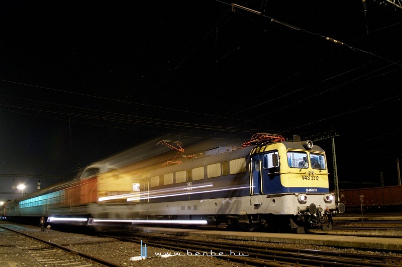 The V43 3312 and M40 302 at Dombóvár by night photo