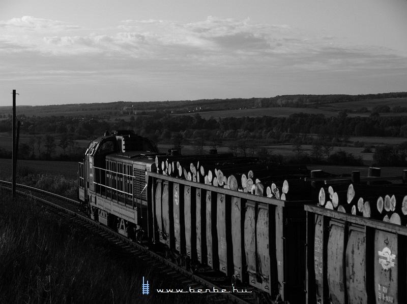 Hangulatkép a kiszélesedõ völgy felé tartó tehervonatról fotó