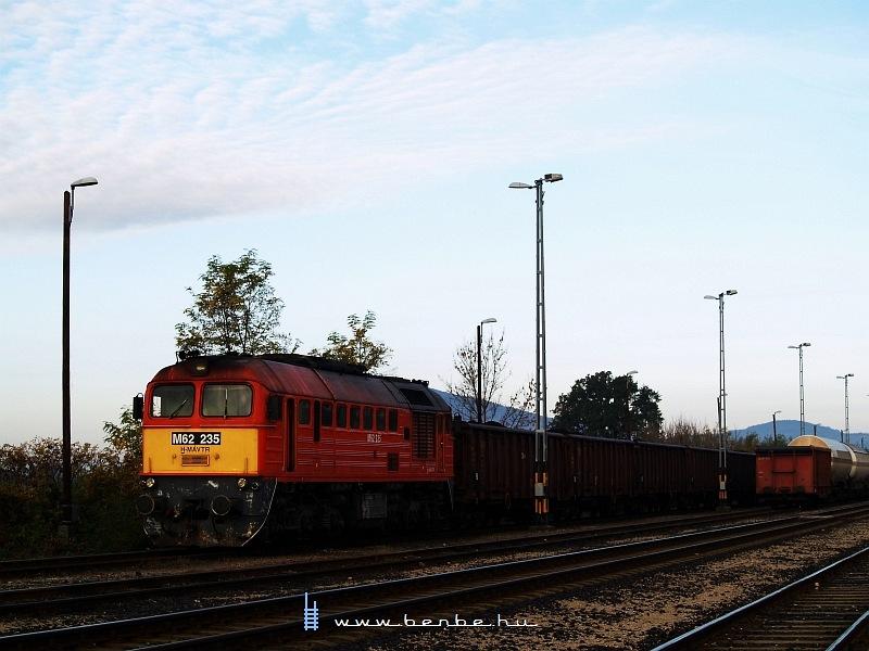 M62 235 Magyarbólyban a kilépõ vonat ellenõrzésének befejezésére vár fotó