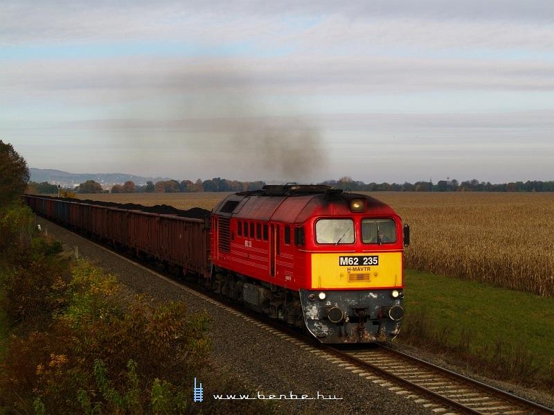 M62 235 tehervonatával Pélmonostor felé füstölög fotó