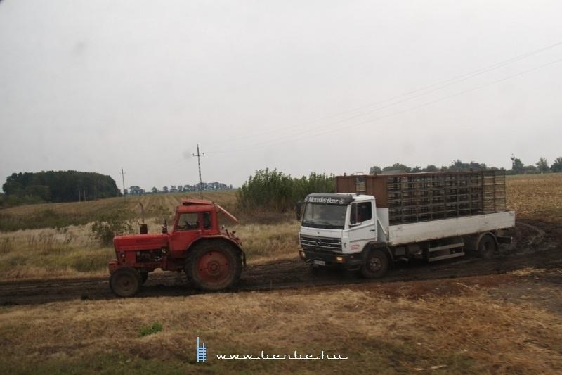 Mezõgazdasági jármûvek Belsõperegpusztánál fotó