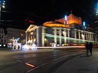 Fényjáték villamossal a Sziléziai Színház épülete előtt Katowicében