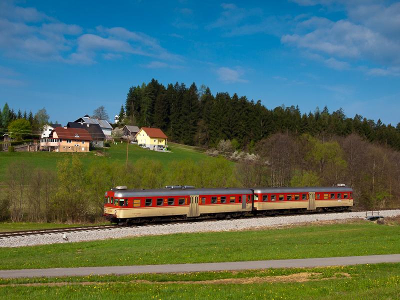 A Slovenske železnice 813 020 pályaszámú FIAT motorvonata Holmec és Prevalje között fotó