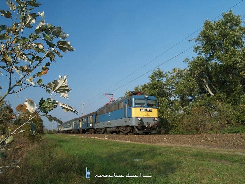V43 1212 gyorsvonattal száguld (olyan 80 km/h-val) Délegyházánál fotó