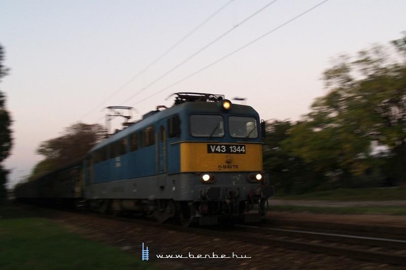 V43 1344 gyorsít ki Dunavarsányból fotó