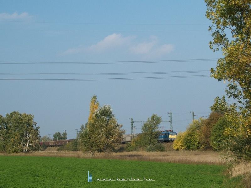 V43 1007 egy tehervonattal indul Délegyházáról fotó