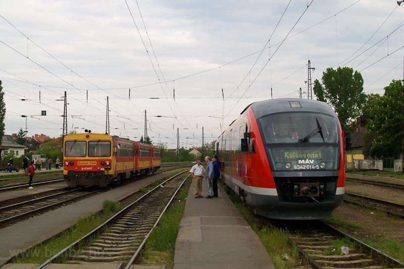 A MÁV-START Bzmot 334 és a MÁV 6342 014-5 pályaszámú Desiro egy különvonattal Vácon fotó