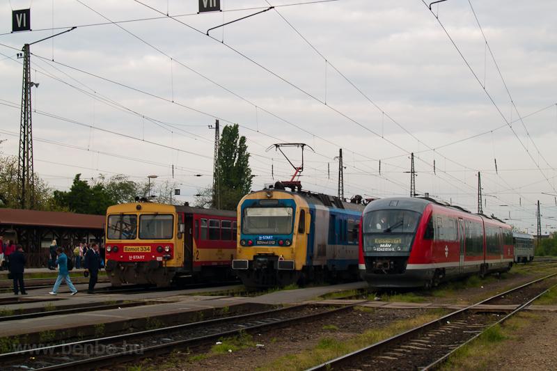 A MÁV-START Bzmot 334, a BDVmot 012 és a MÁV 6342 014-5 pályaszámú Desiro egy különvonattal Vácon fotó