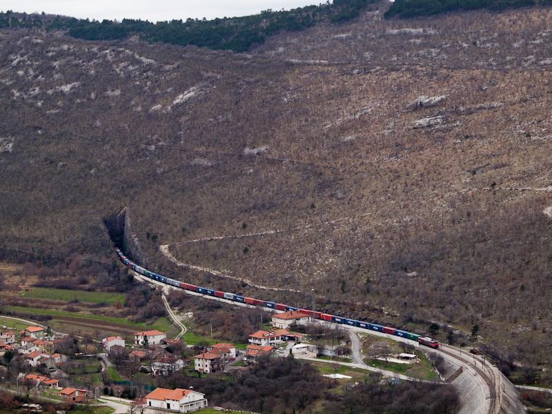 Tehervonat egy 363-assal Hrastovlje állomáson fotó