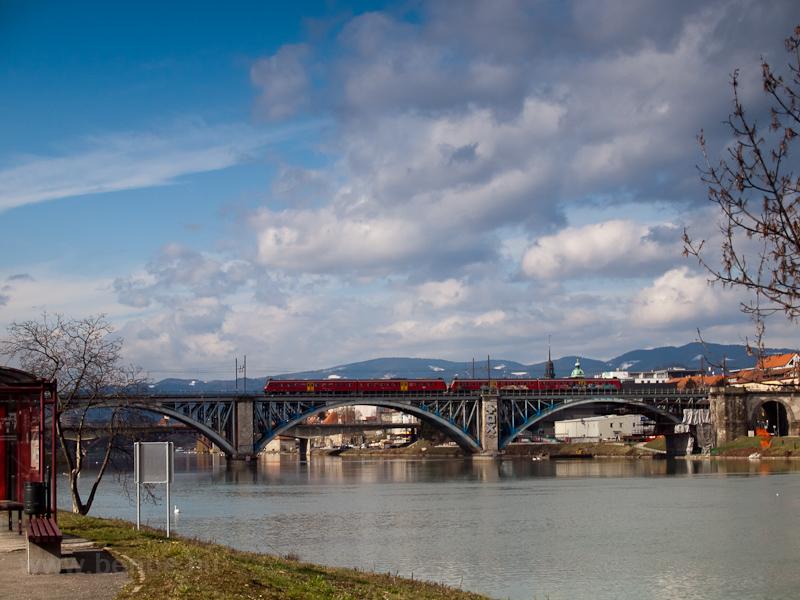 A 814-124 Mariborban a Dráv fotó