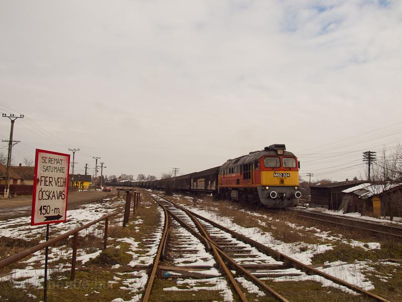 The M62 324 is hauling a freight train from Érmihályfalva to Nyírábrány photo