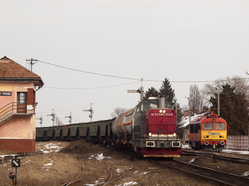 A CFR MARFA 92 53 0841 014-9 pályaszámú tehervonati mozdonya rendezkedik Érmihályfalva állomáson (Valea lui Mihai, Románia), a háttérben az M41 2322 fotó