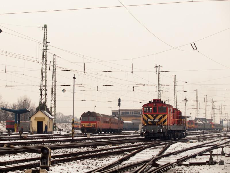 Az M44 416 és a Btx 016 tolatnak Debrecenben fotó