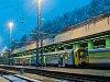 A Bmxt 004 és a háttérben elmosódva a BDVmot 012 Budapest-Nyugatiban