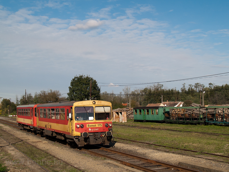 The MÁV-START Bzmot 175 seen at Mesztegnyő photo