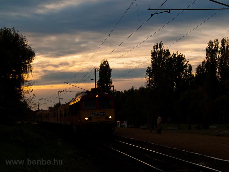 Az M41 2317 érkezik Balatonmáriafürdő alsó megállóhelyre napnyugtakor fotó