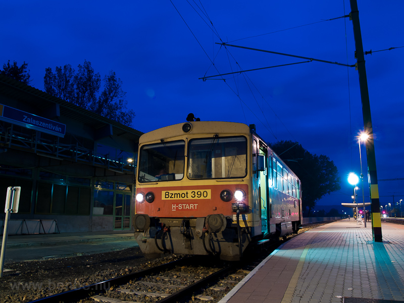 The MÁV-START Bzmot 390 is waiting for connections at Zalaszentiván station photo
