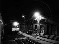 A BDt 303 V43-as vezérlőkocsi a régi Nagytétény állomáson egy hajnali vonattal