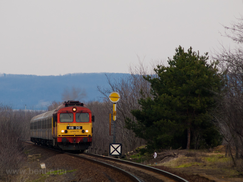 The MÁV-TR 418 312 seen between Gyömöre and Szerecseny photo
