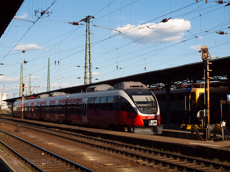 The MÁV-START 425 002 seen  photo