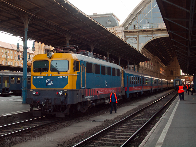The MÁV-START 432 376 seen  photo