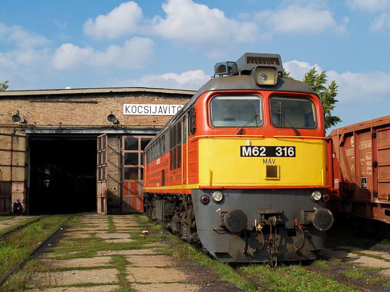 A MÁV M62 316 Dunaújváros állomáson fotó