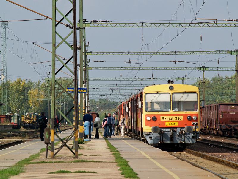 A MÁV Bzmot 316 Dunaújváros állomáson fotó
