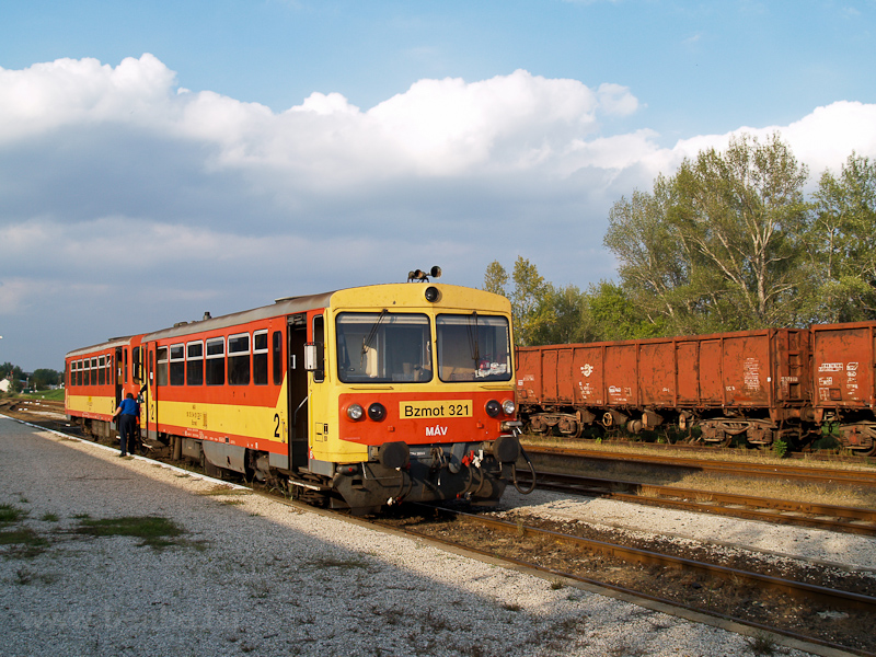 The MÁV Bzmot 321 seen at P picture