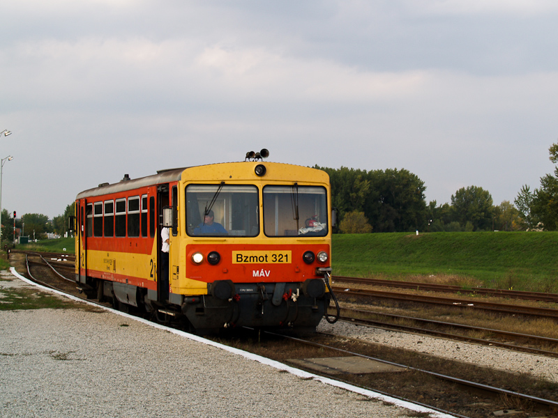 The MÁV Bzmot 321 seen at P photo