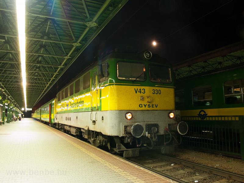 A GYSEV V43 330 Sopron állomáson fotó