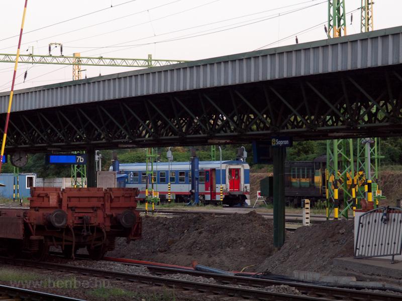 Szétkapott ikermotorkocsi Sopronban fotó
