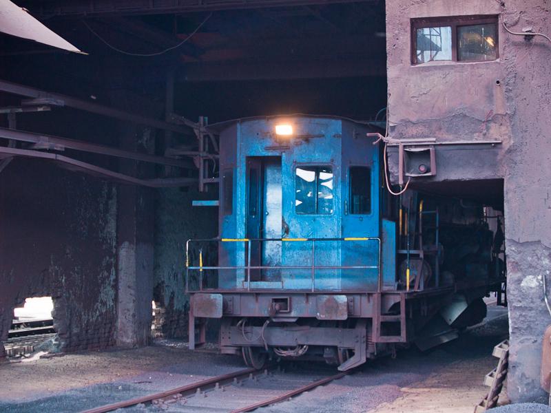 Az ércet kiszállító transzferkocsi a Dunaferr ércterénél fotó