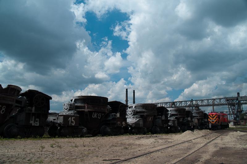A hátsó kohó salakvonata tolva érkezik - a mozdony az A23-053 fotó