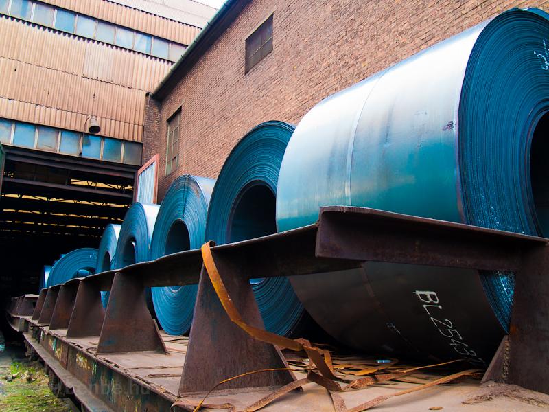 A Dunaferr Lemezalakító kft. telephelyére tolnak be friss acéltekercseket egy belső használatú teherkocsin fotó