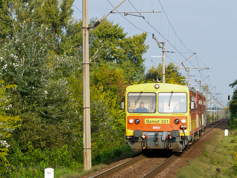 The MÁV Bzmot 321 seen at K photo