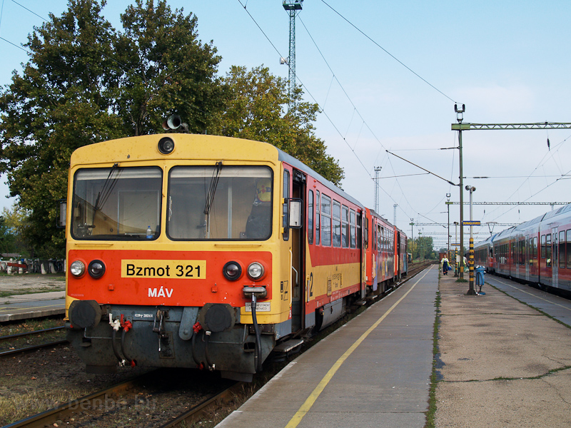 A MÁV Bzmot 321 Dunaújváros fotó