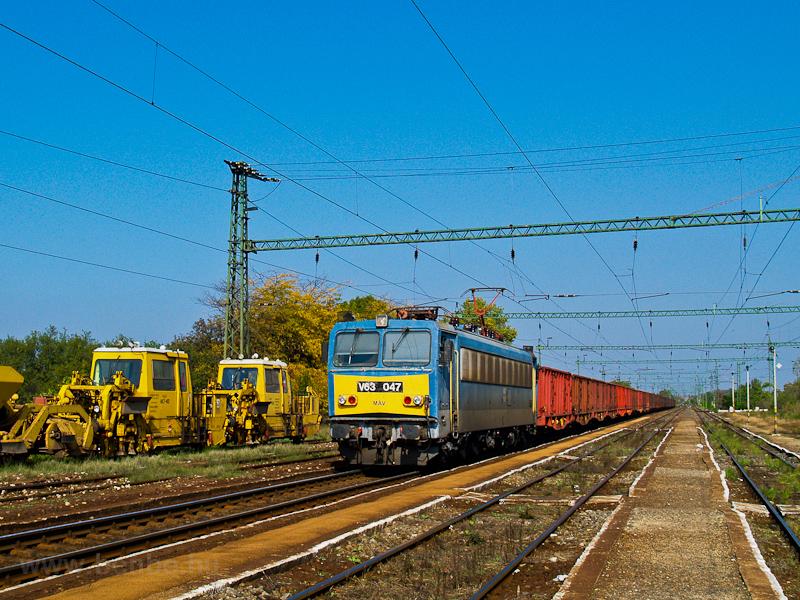 A MÁV V63 047 Rétszilas áll fotó
