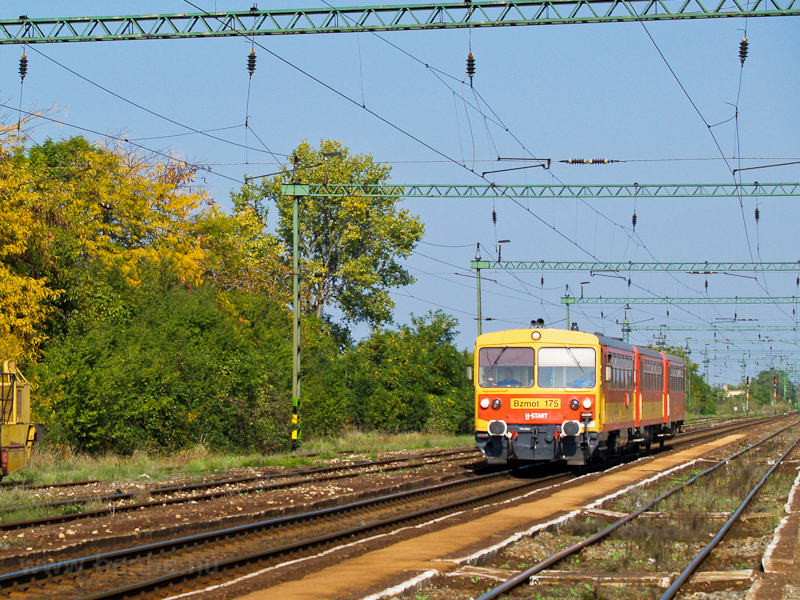 The MÁV Bzmot 175 seen at R photo