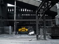Akkumulátoros vonszolómozdony és belső használatú teherkocsi a kokszolóműnél