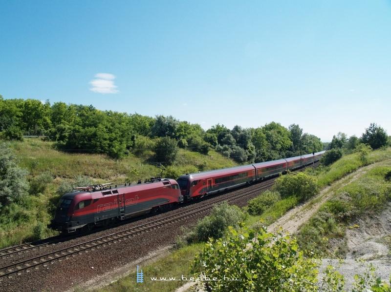 1116 221 távvezérlési nehézségek miatt körbejárta a  railjet -szerelvényt a Keletiben fotó