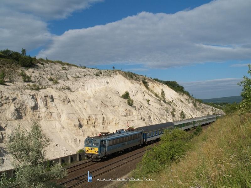 V63 156 az Amicus gyorsvonattal Szár megállóhelynél fotó