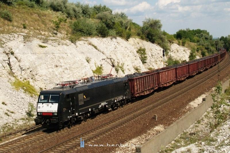 Az MRCE Dispolok ES 64 F4 - 156 pályaszámú EuroSprinter, négyáramnemű mozdonya egy RailCargoHungaria (RCH) tehervonattal Szárnál fotó