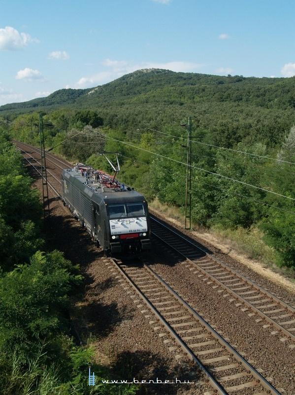 MRCE ES 64 F4 - 156 Szárliget és Szár között halad egyedül fotó