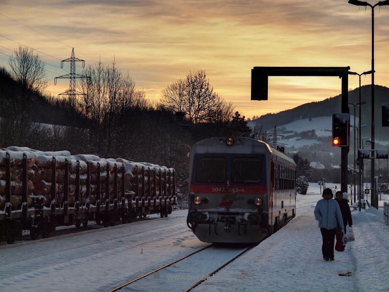 A Hainfeldből Tullnba közlekedő ÖBB 5047 043-4 pályaszámú motorkocsi Traisenben fotó