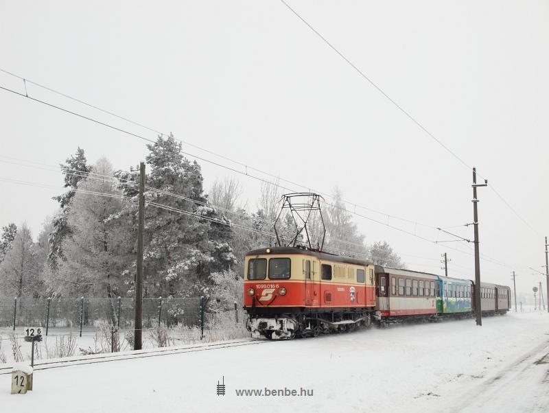 Az ÖBB 1099 016-6 pályaszámú keskennyomközű villanymozdonya rövid személyvonattal Ober Grafendorf állomásnál fotó
